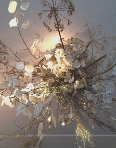 Installatie met gedroogde bloemen
